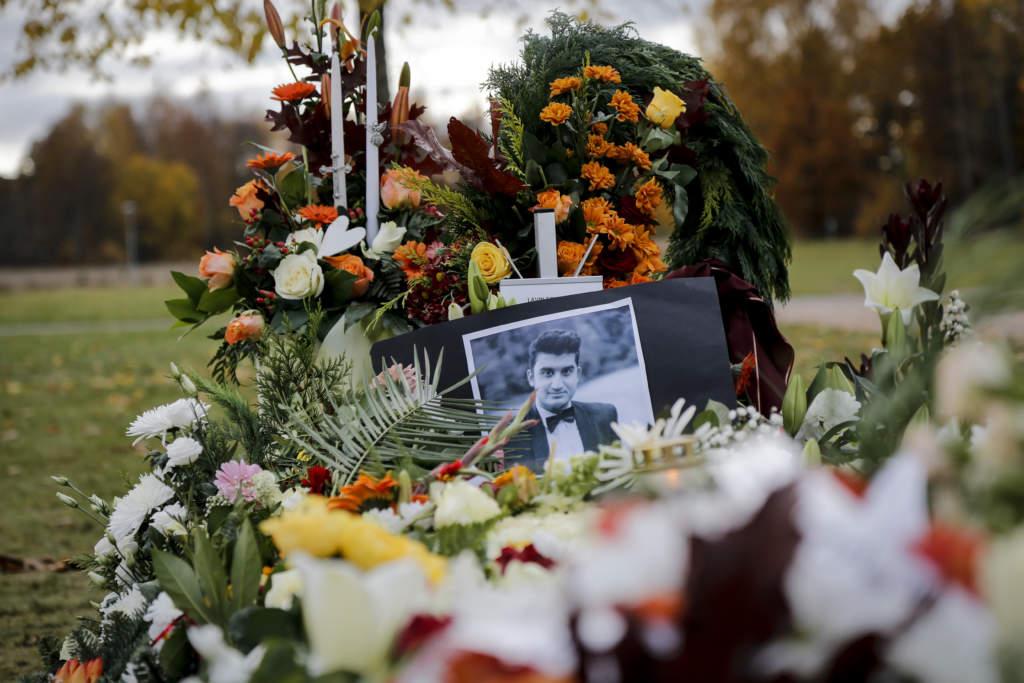 TROLLHÄTTAN 20151028 Lavin Eskandar, elevassistenten som blev ett av offren vid skolmassakern i Trollhättan, begravdes på Håjums begravningsplats på onsdagen. Foto: Adam Ihse / TT / kod 9200